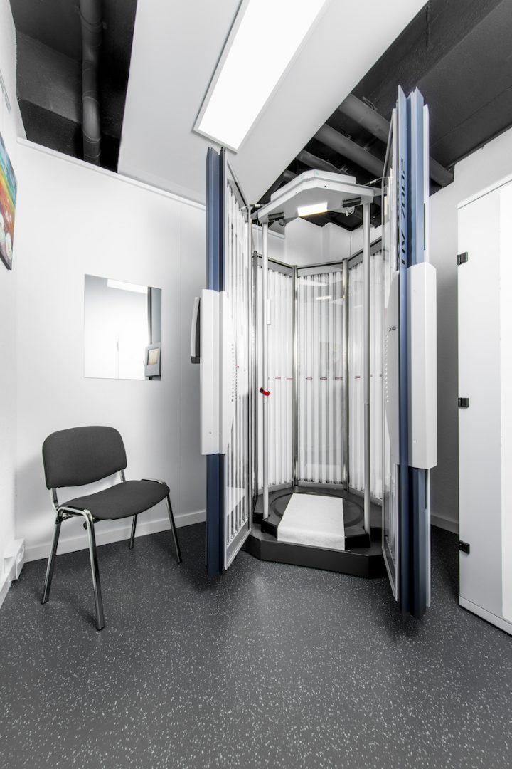 Lichtkabine zur Behandlung bei Psoriasis in der Praxis am Bahnhof Rüti