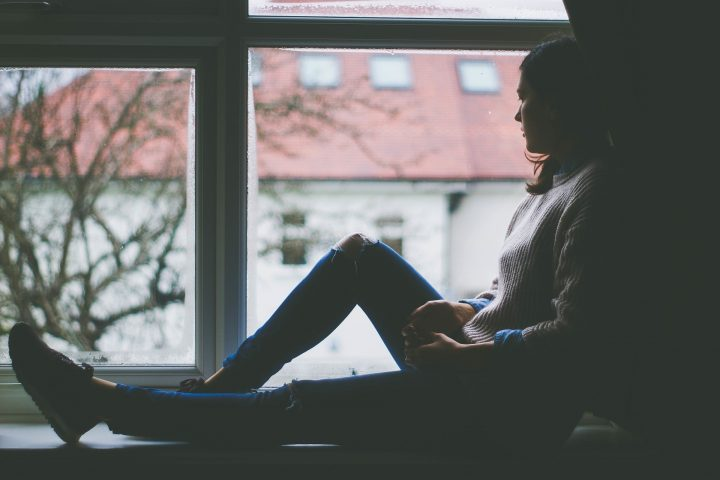 Eine Fachperson wie ein Arzt oder Psychotherapeut kann beurteilen, ob es sich bei der winterlichen Niedergeschlagenheit um einen Winterblues oder eine Depression handelt.